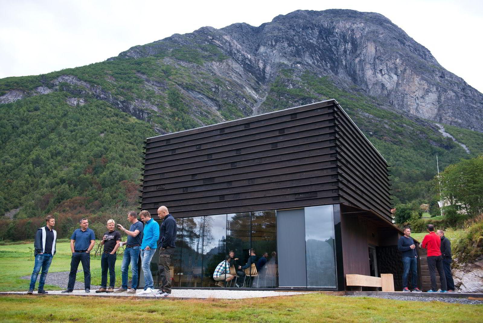 Ørjan Birkeland (til venstre),Trond E. Leikanger,Morten Glenna, Henning Andreas Pedersen,Andreas Nicolaysen og Roger André Solheim kikker på utsikten.