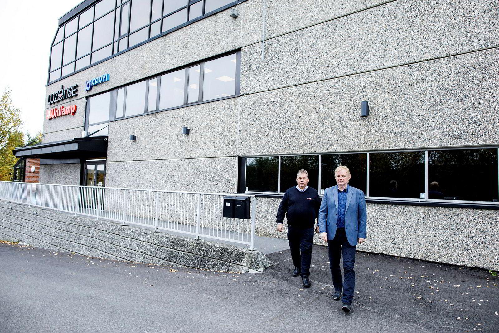 – Vi utfordrer de store markedslederne, sier administrerende direktør Per Norman Nielsen i Unilamp Norden til høyre. Ved hans side går markedssjef Ståle Brandt utenfor selskapets hovedkontor i Nittedal.