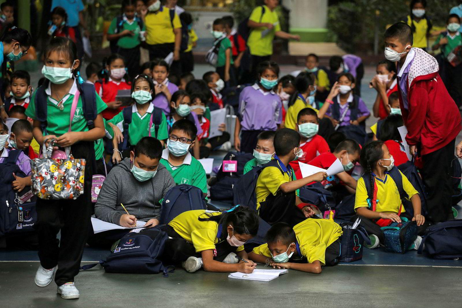 Undervisningen ble onsdag kansellert i alle offentlige skoler i Bangkok frem til neste uke på grunn av den giftige og farlige luftforurensningen.