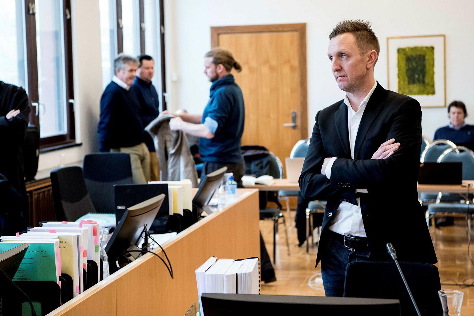 Kjetil Andersen (til høyre) i en pause under sin rettsforklaring i vår. Alstor-kjøper Petter Smedvig Hagland stående med jakken i hånden bak.