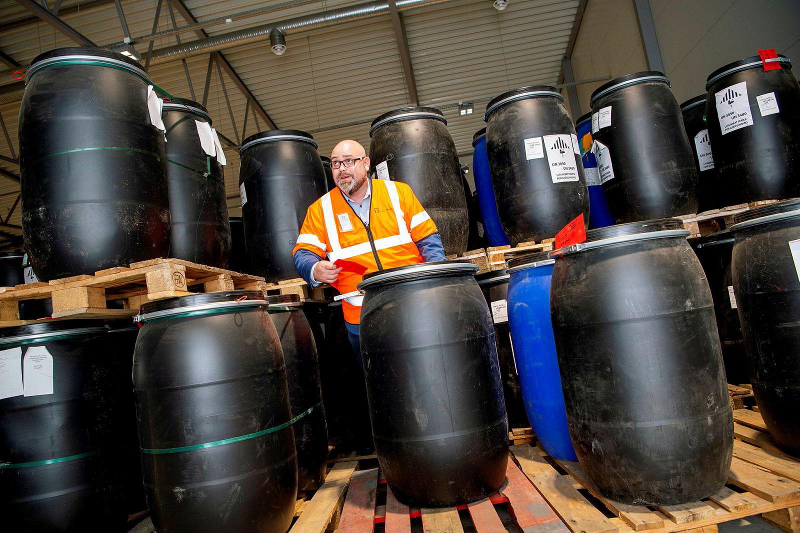 – Vi sender batteriene til et smelteverk i Enthoven som ligger mellom Manchester og Birmingham. Bedriften har en material-gjenvinningsgrad på blybatterier på 99,8 prosent, sier daglig leder Fredrik Andresen i Batteriretur.