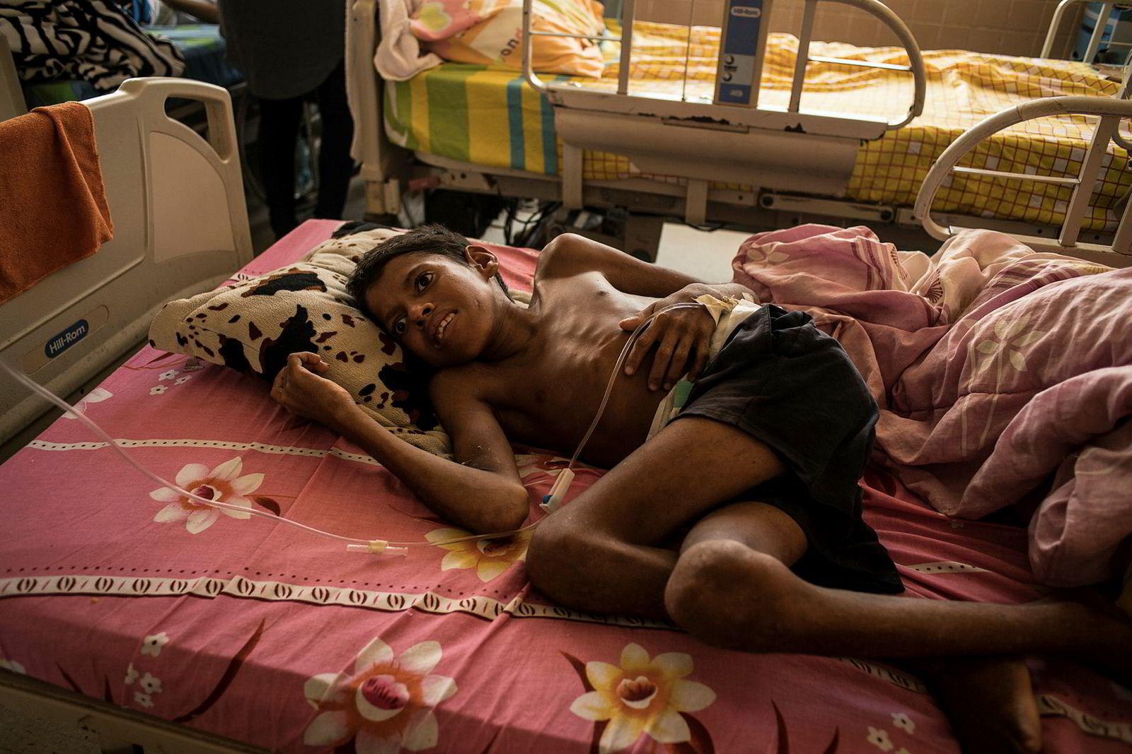 En kraftig underernært 12-årig gutt på Ruiz y Paez-sykehuset i Ciudad Bolívar. Heller ikke på sykehuset finnes det mat. Pasientene får to skjeer ris per dag. Resten av maten må de skaffe selv.