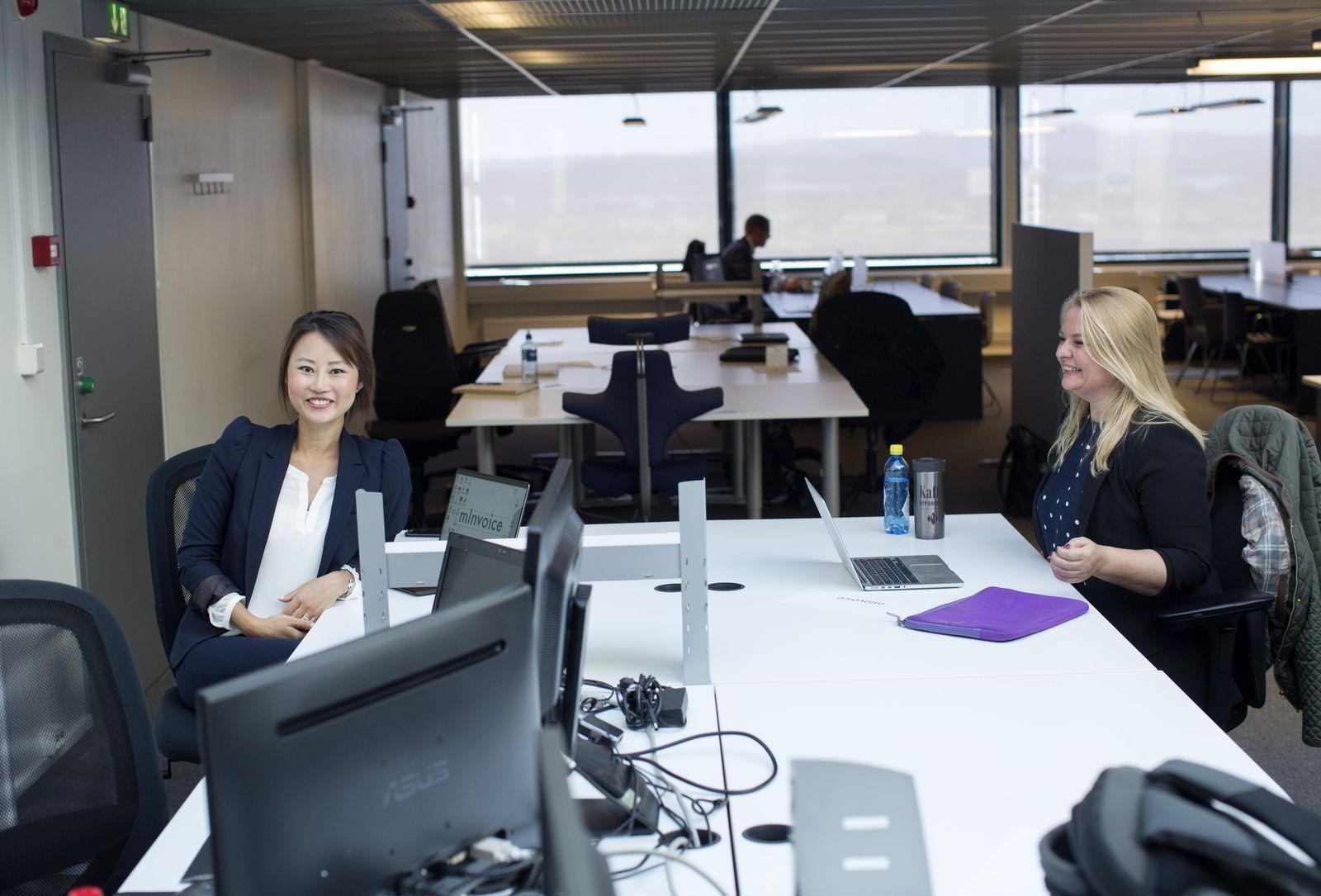 Fra venstre: Sonni Christine Jakobsen og Kjersti Westeng forsøker å lage en one-stop-shop for betaling av regninger. Foto: