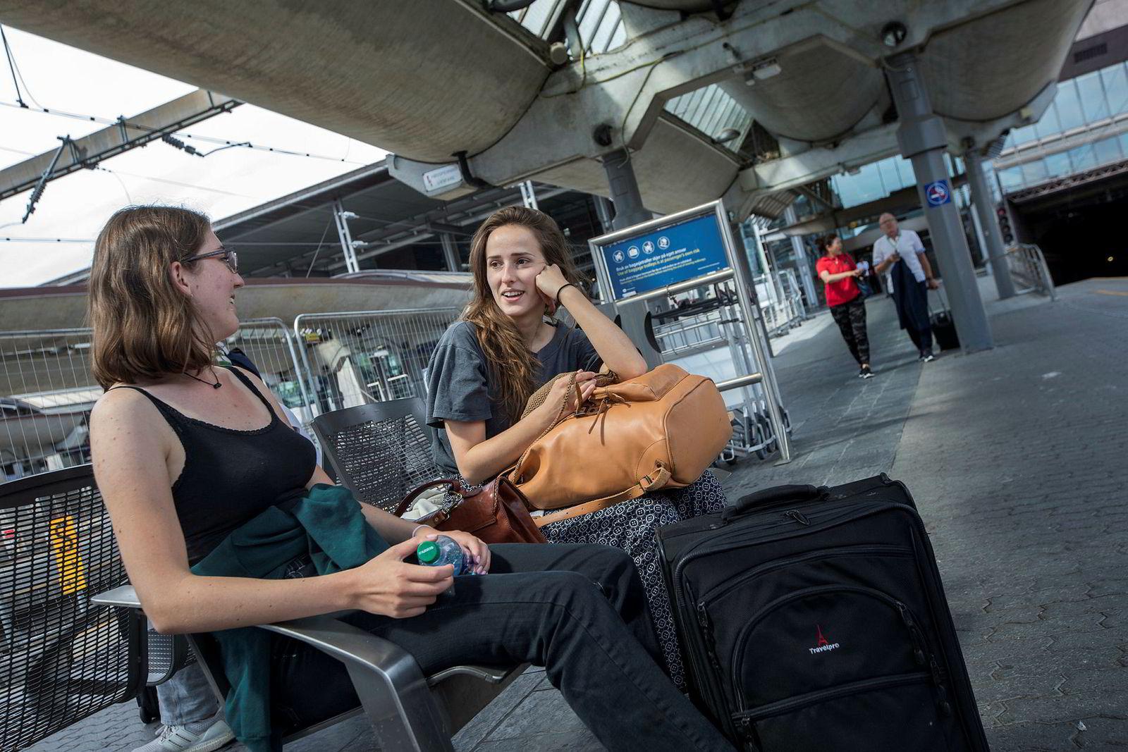 Elin Sødahl (fra venstre) og Lena Myklebust har begge opplevd forsinkelser på flyturer, men ingen av dem har sendt inn klage. Myklebust forteller at hun vurderte det sterkt da hun ved forrige flytur endte med å måtte sove på flyplassen.