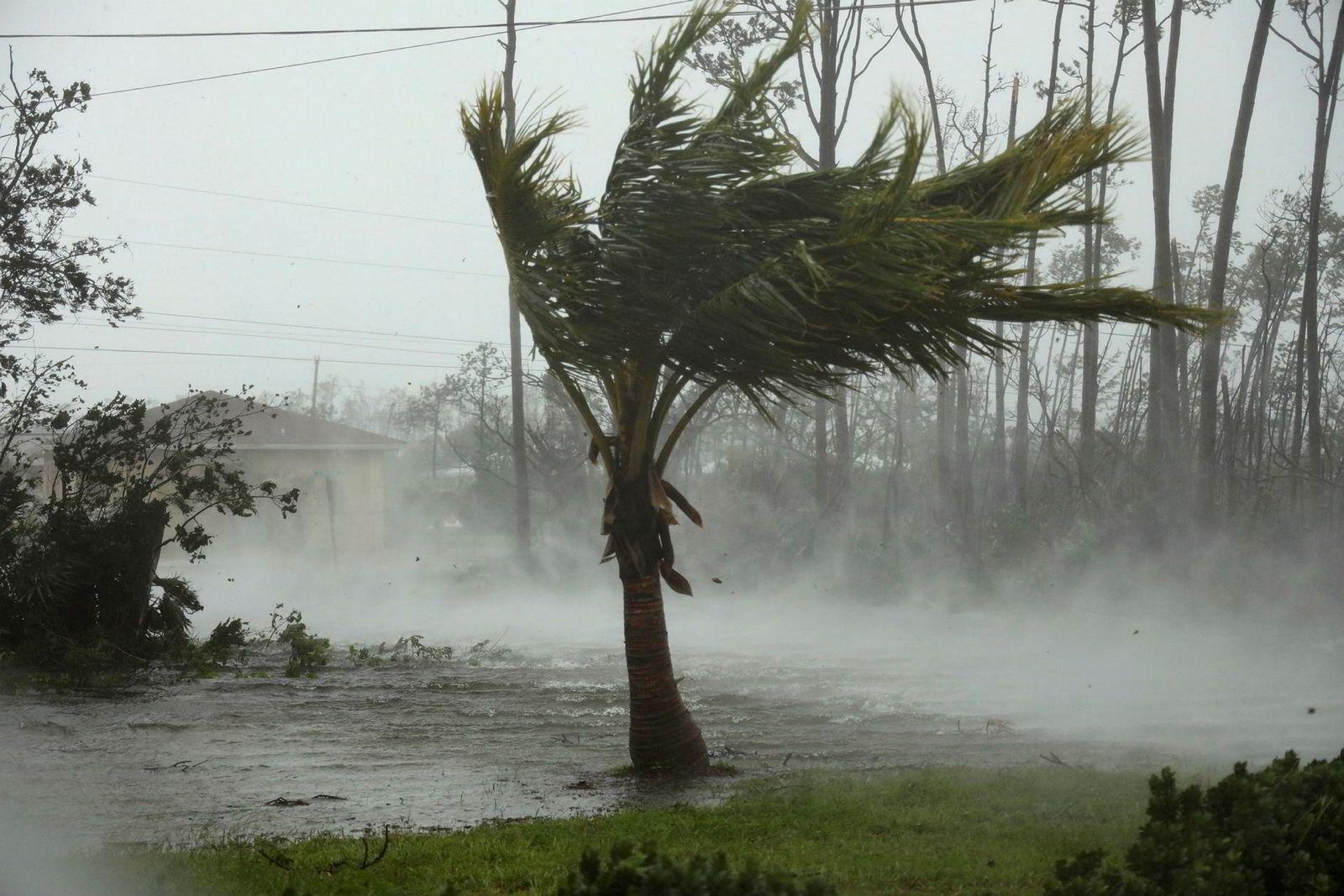 Veier i Freeport på Grand Bahamas i Bahamas var oversvømt mandag mens vind og regne fremdeles herjet i kjølvannet av orkanen Dorians ferd øya. Til og med redningsmannskaper ble tvunget til å søke dekning.