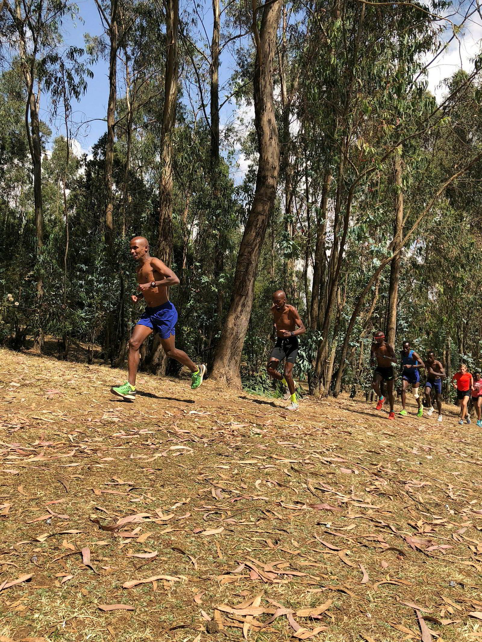 Smedsrød (rød t-skjorte) bet fra seg på bakkeøktene med Mudane Team, laget til den adlede briten Mo Farah, som kom fra Somalia som flyktning som åtteåring.