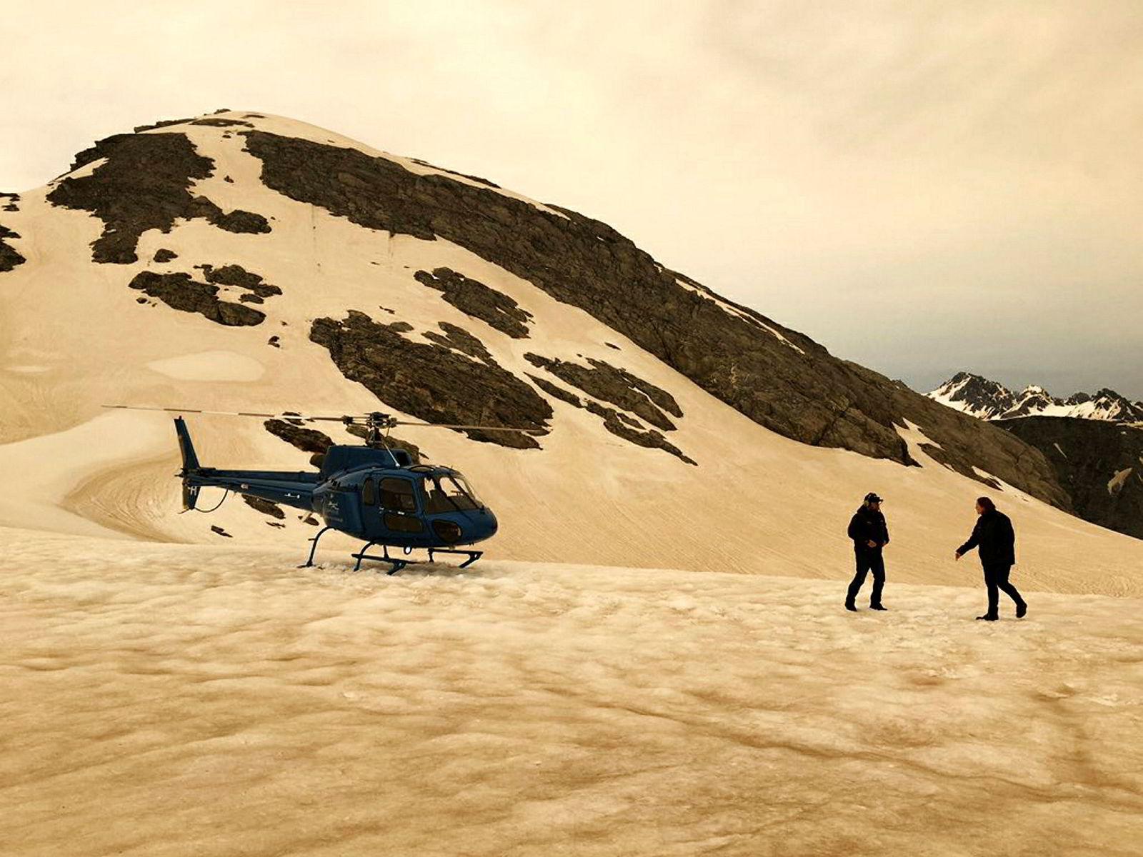 Over havet 1800 km unna i New Zeeland er snøen på Franz Josef isbreen farget brun av aske fra brannene i Australia.