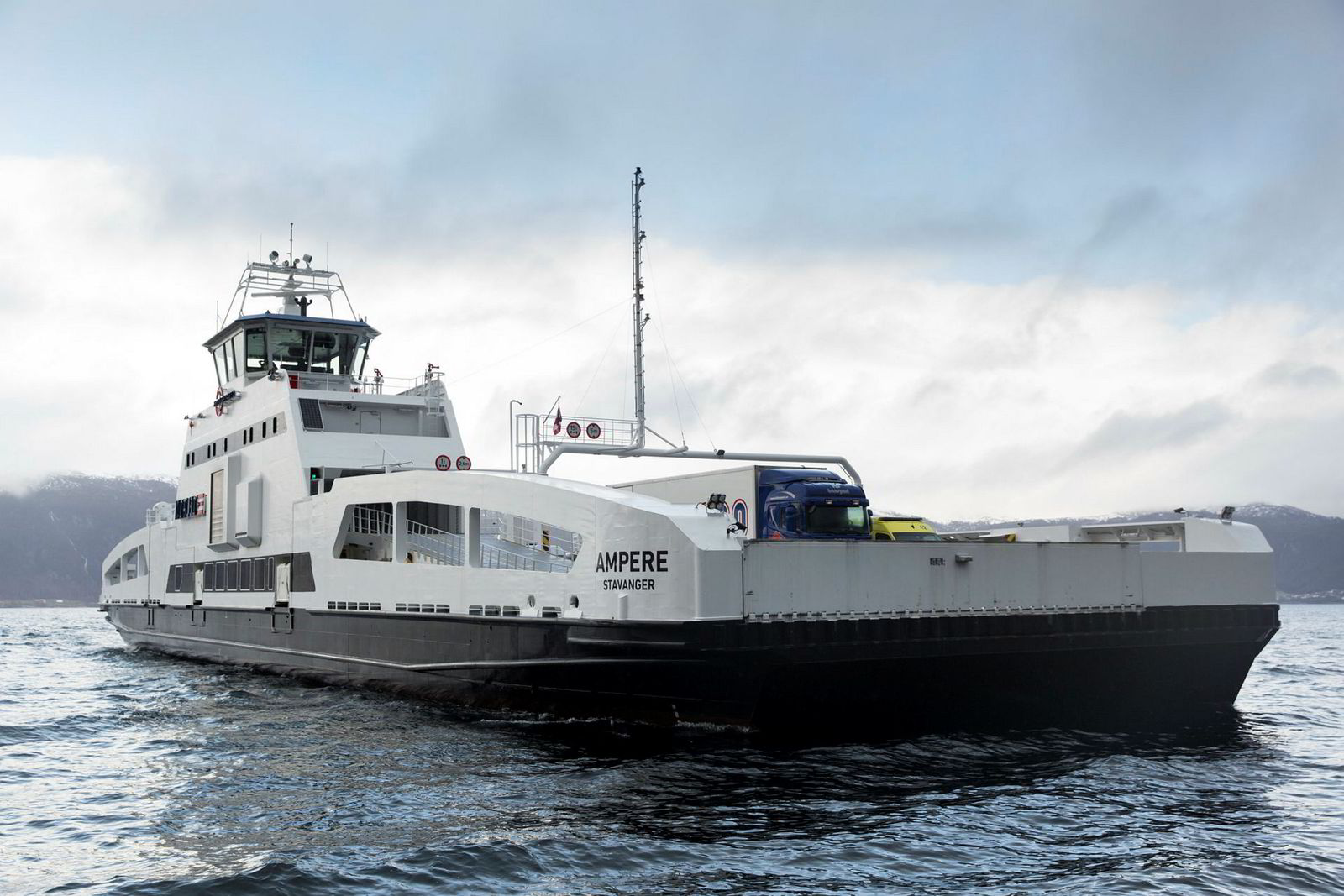 I Sognefjorden frakter el-fergen «MS Ampere» allerede i dag reisende lydløst over fjorden.