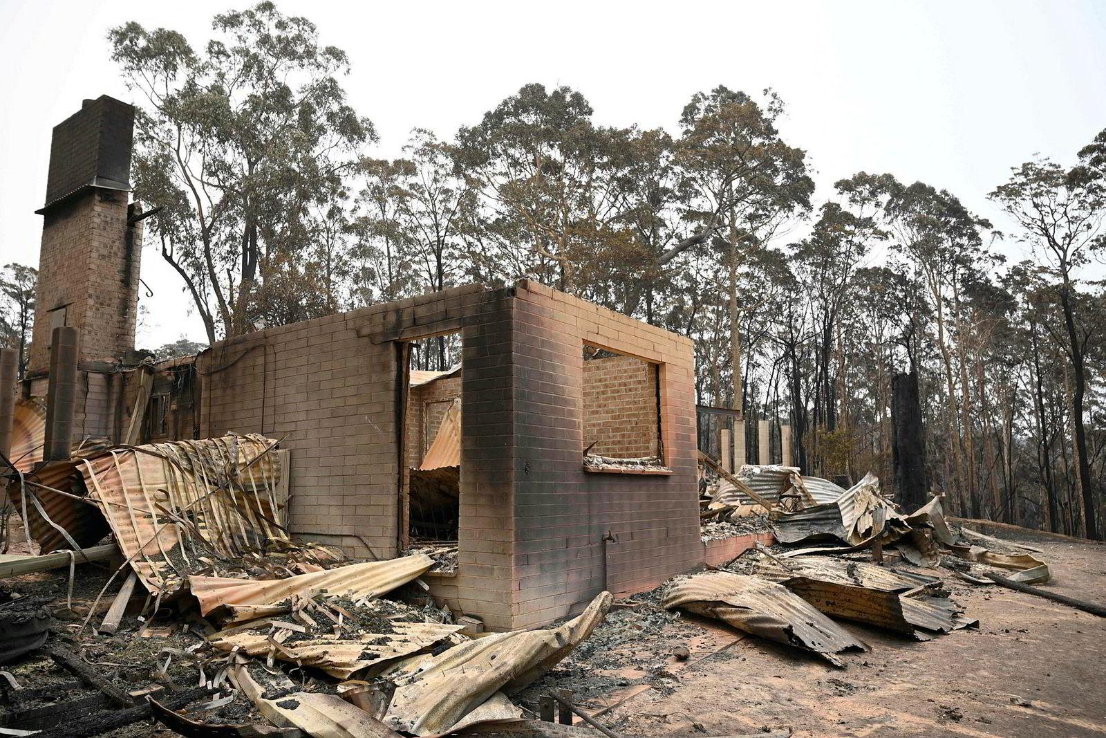 Det er ikke mye igjen etter at flammene har herjet. Flere evakuerte innbyggere finner sine hjem i ruiner når de kommer tilbake.