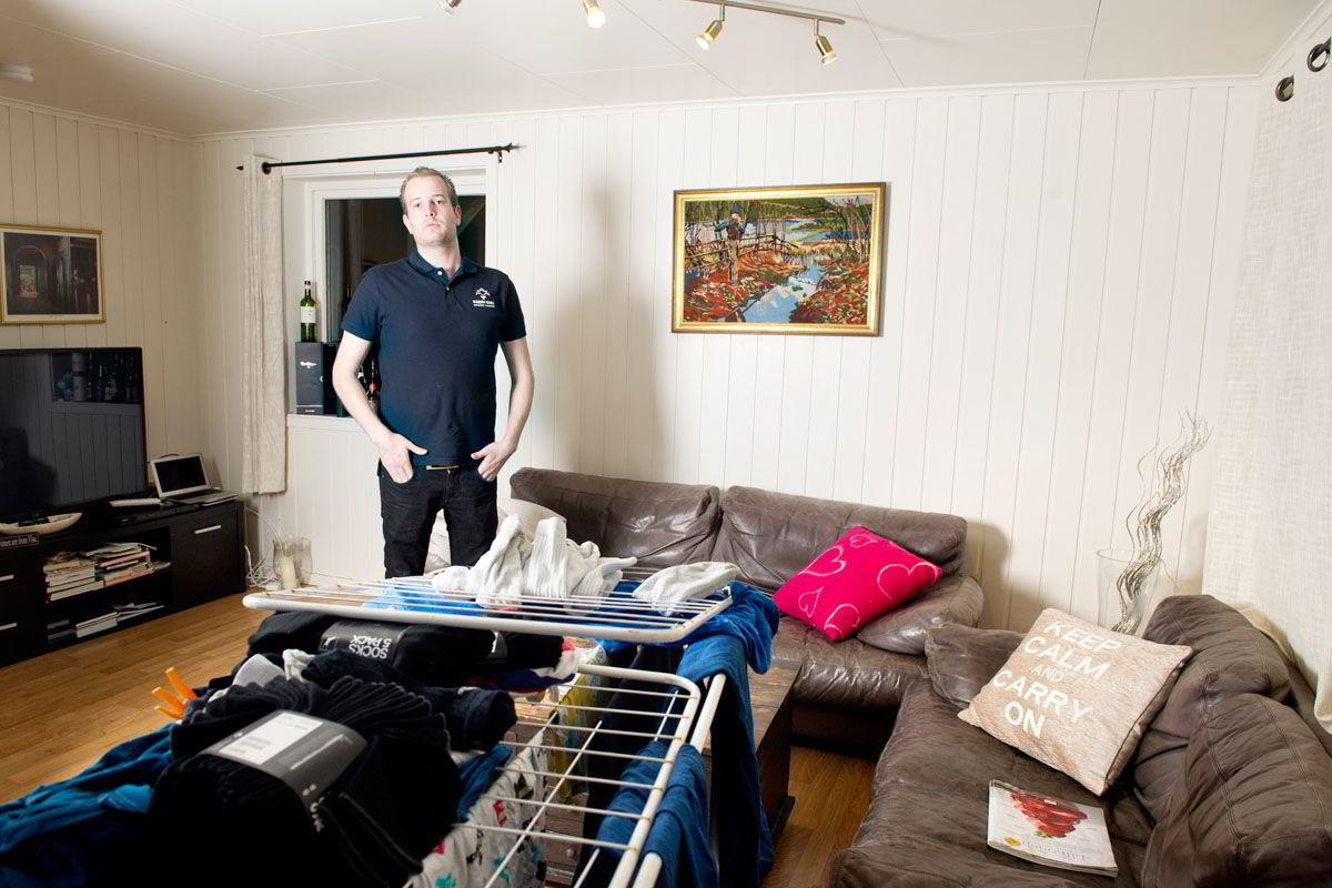 Hotelldirektøren bor i en kjellerhybel, nekter å oppgradere bilen og bevilger seg en lønn på rundt 400.000.