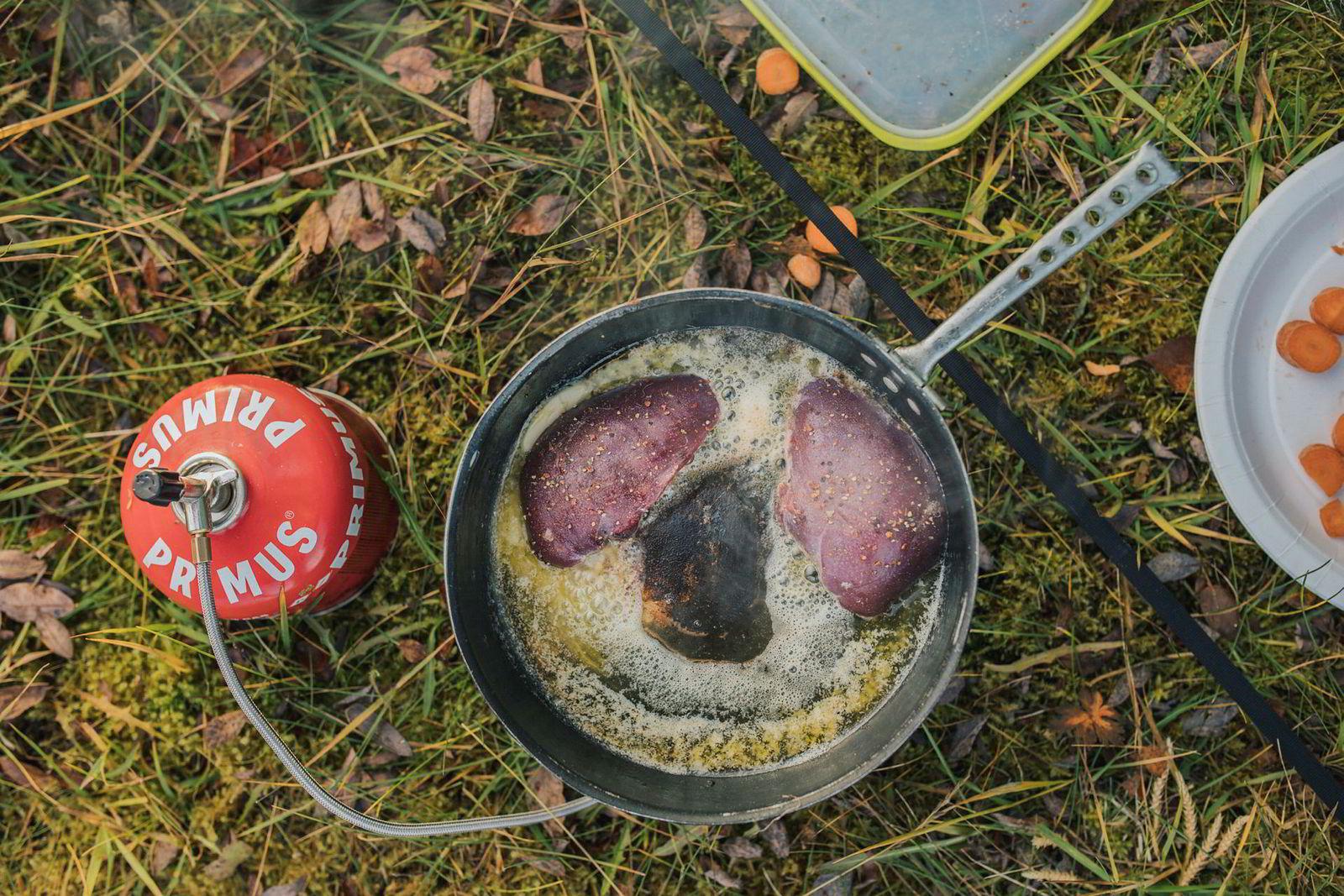 Ferske rypebryst stekes på primus i ekte smør.