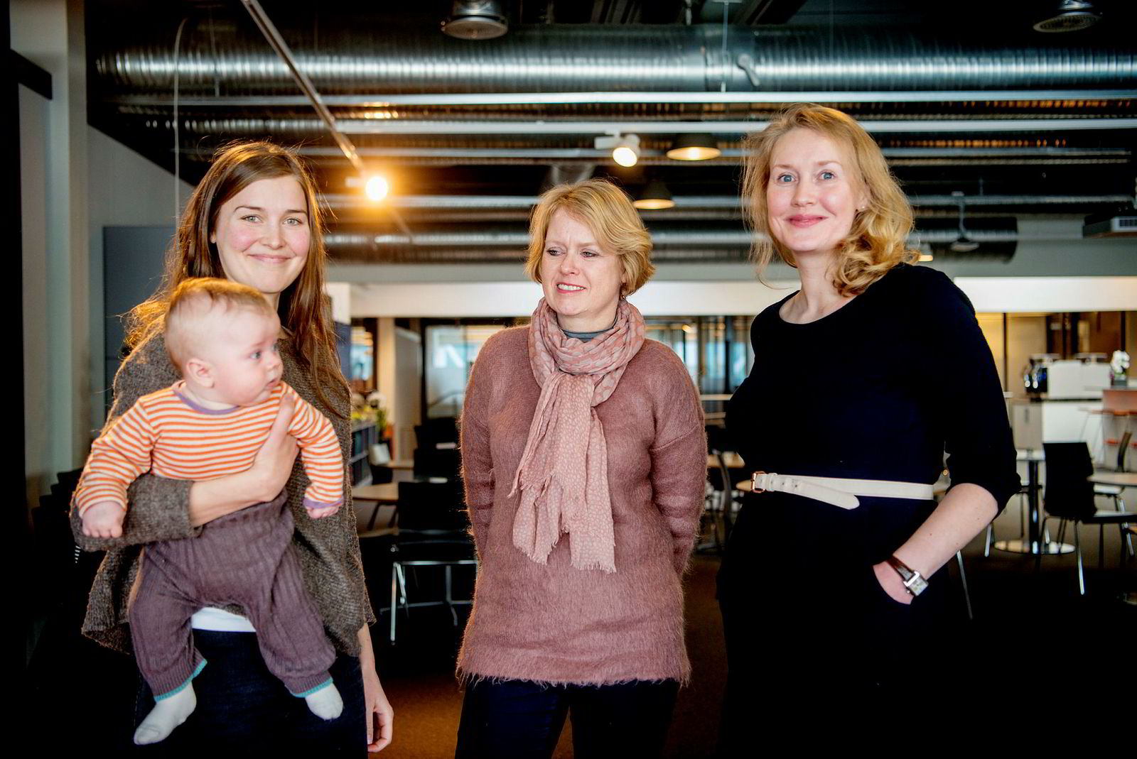 Forskerne Sigrid Møyner Hohle (med sønnen Edvard) og Marie Rognes (til høyre) får babybonus på 25.000 kroner hver. Sjefen deres i Simula, Marianne Aasen, vil lede en familievennlig bedrift og tiltrekke seg flere kvinner.