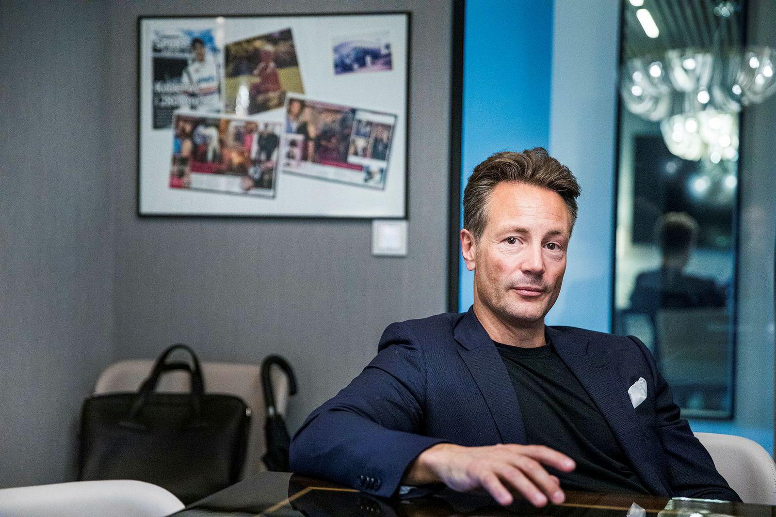 Runar Vatne på kontoret ved siden av Oslo rådhus. Bak ham henger avisutklipp og et bilde av ham selv som liten i en olabil om sommeren.