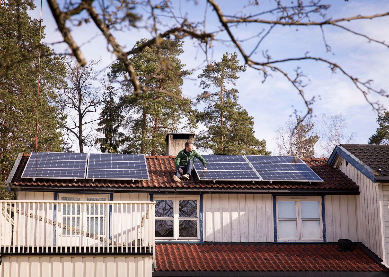 Venstre ønsker krav om at store hytter skal bygges med solcellepanel på taket. Her er han på en bolig i Bærum som nylig har fått installert solcellepaneler. Foto: Gunnar Lier
