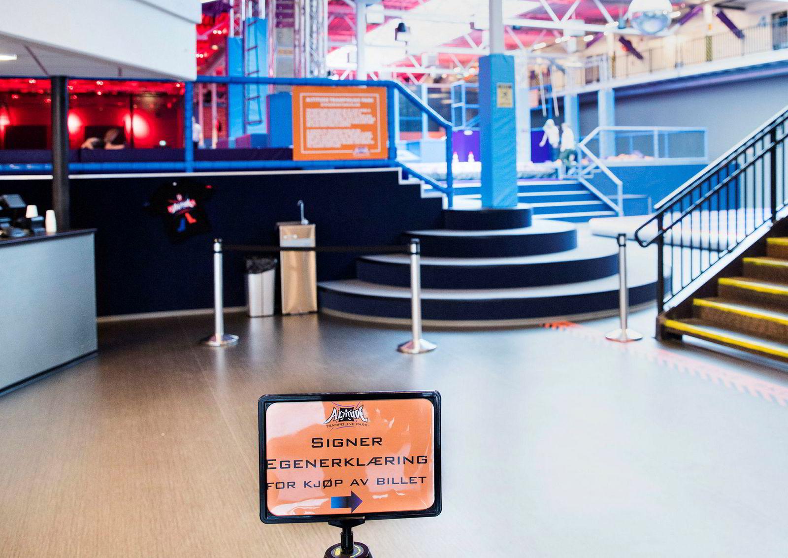 Skiltene ved inngangen til Altitude trampolinepark ber kundene signere en egenerklæring før de kjøper billett.