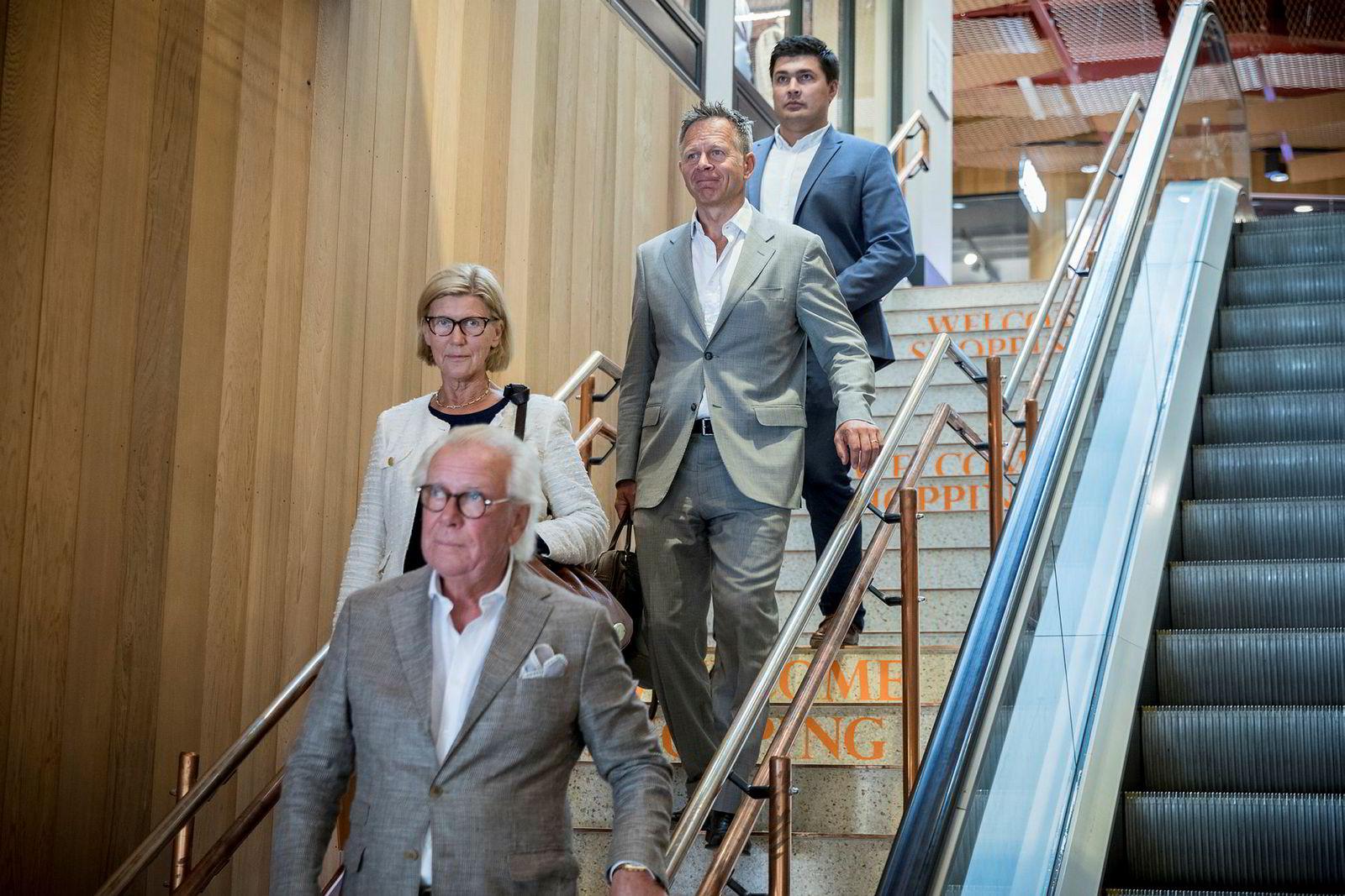 Holta Invest kjøper seg inn som hovedeiere med 60 prosent av aksjene i J.M Alsén Design AB, som eier varemerket Morris Stockholm. Selskapet har utvidet med ytterligere to linjer; Morris Herritage, og Morris Lady. Fra nederst i trappen og oppover: Jan Alsén grunnlegger Morris Stockholm, Eva Alsén, Dag Teigland daglig leder i Holta Invest og Reidar Tveiten Investeringsdirektør i Holta Invest.