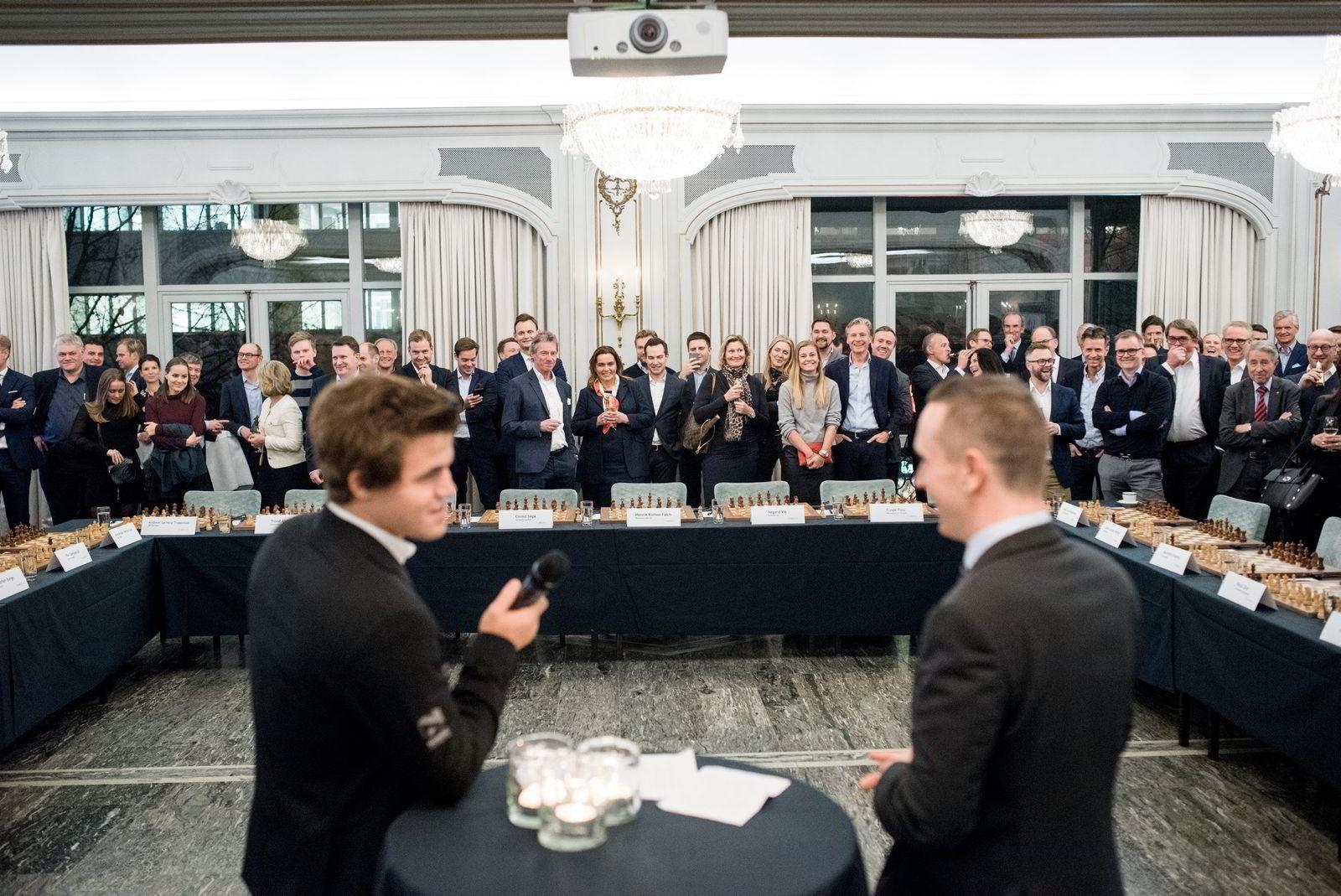 Verdensmester i sjakk Magnus Carlsen under et arrangement i regi sponsoren Arctic Securities. Til høyre Torstein Bae, kjent fra NRKs sjakksendinger.