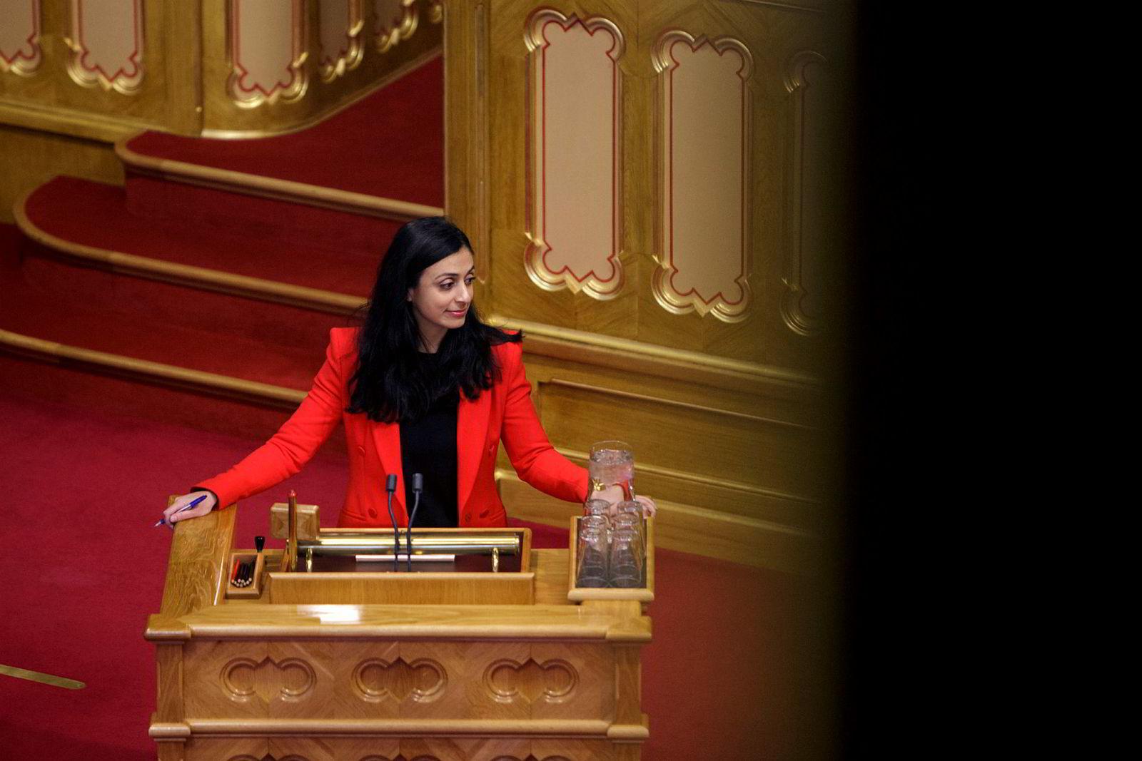 Arbeiderpartiets nestleder Hadia Tajik sier til DN at regjeringen har gjort en for dårlig jobb, og at det ikke er bra nok at en tredjedel av de i yrkesaktiv alder står uten jobb.