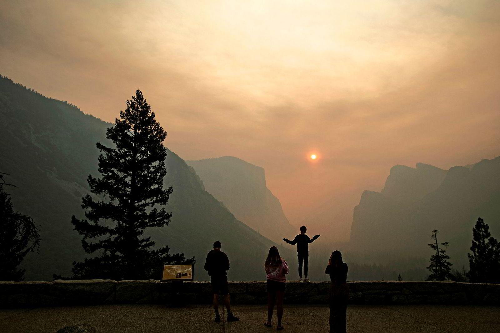 Hannah Wyatt ser utover den røyklagte nasjonalparken Yosemite fra det mest berømte utkikkspunktet. Parken har måttet nekte turgåere adgang grunnet Ferguson-brannen som herjer i dalen. Landskapet er fylt med så mye røyk at luftkvaliteten i Yosemite nå er dårligere enn i Beijing.