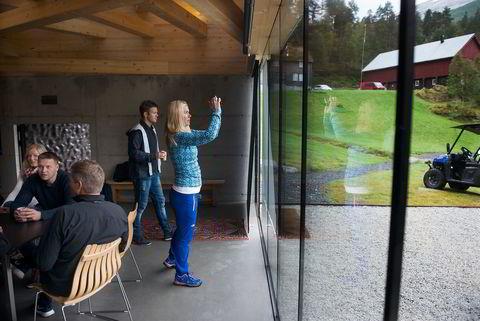 Helene Ramnefjell (til venstre) ,Jørund Lillås,Rune Hellandsjø,Ørjan Birkeland og Mona Andersson i seminarlokaler med utsikt.
