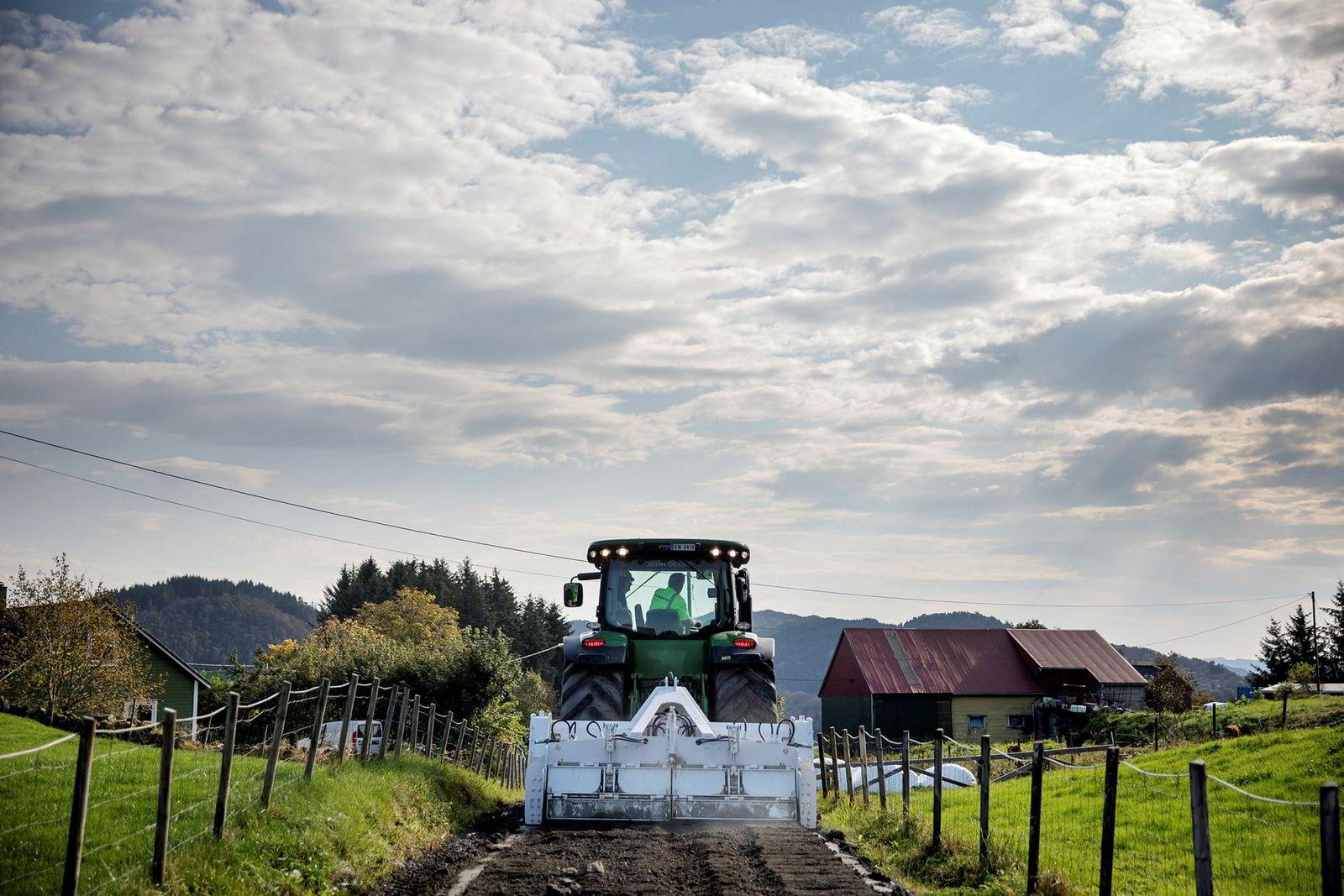 Lloyd Sundstøl har utviklet sin egen metode og egne maskiner for gjenbruk og bygging av ny vei, som knuser asfalt og stein i stedet for å kjøre det bort. Her i oppdrag for Lindås kommune, nord for Bergen.