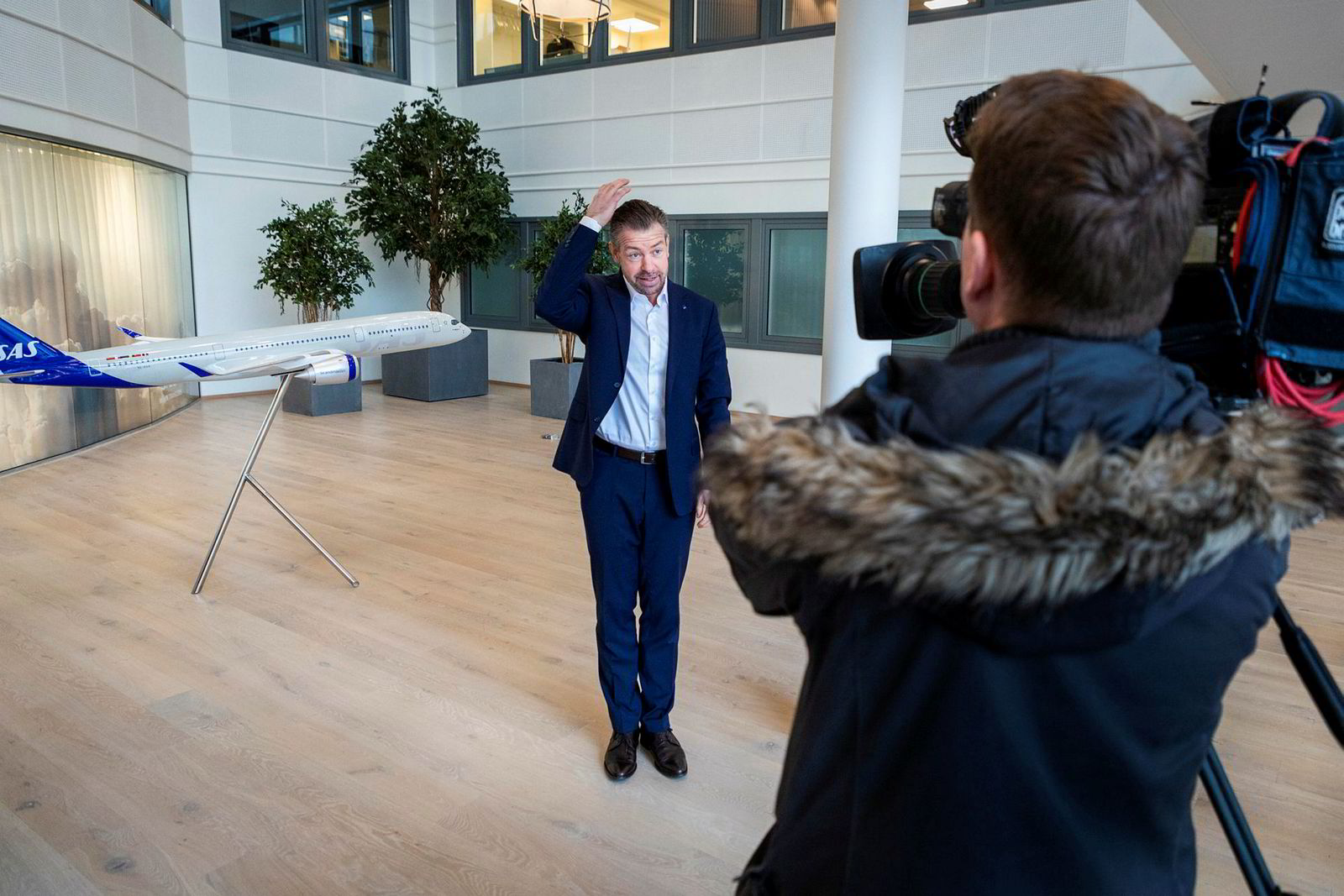Pressesjef John Eckhoff i SAS er ganske fersk i jobben, og ble kastet raskt inn i krisen. Her intervjues han på trygg avstand.