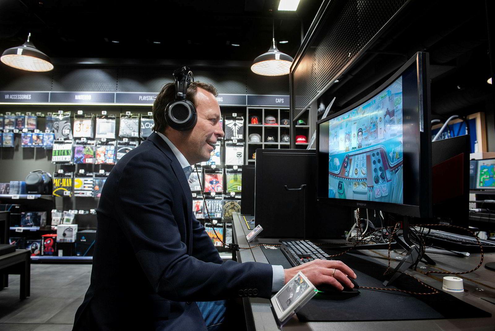 Jaan Ivar Semlitsch, konsernsjef i Elkjøp, har mer hell i business enn i spill. Her blir det svidd burger i spillet Fast food court.