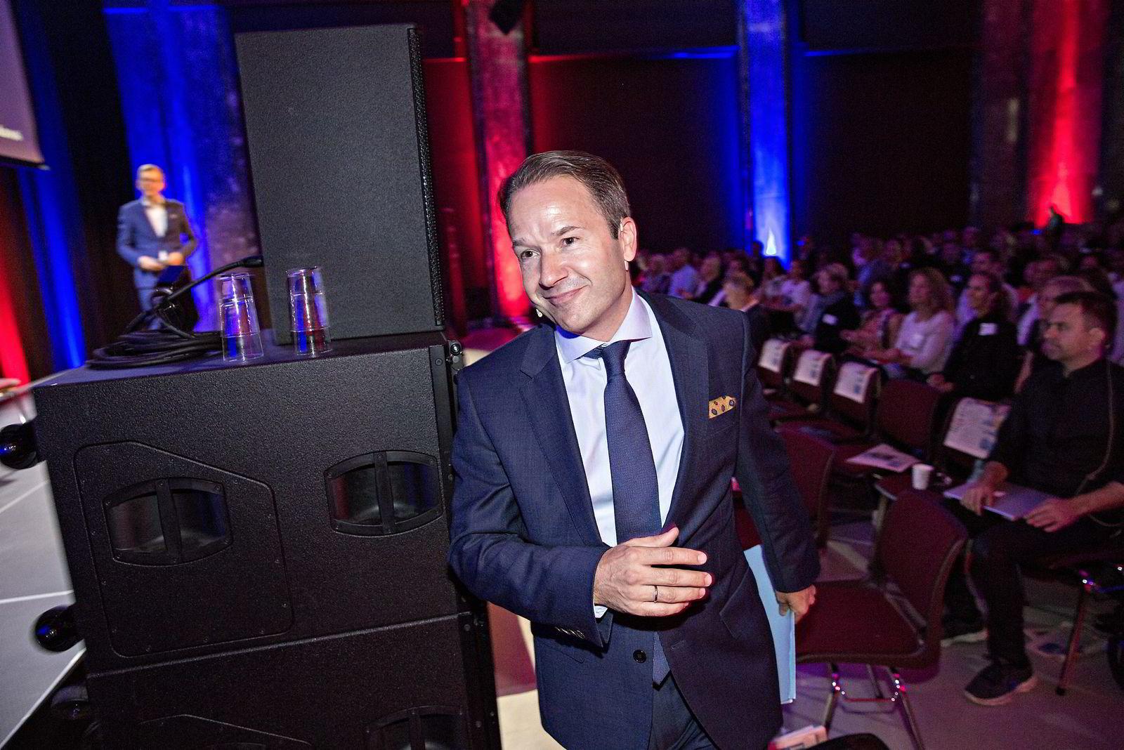 Er Trump og brexit et tegn på at makten snakker over hodet på folk flest?                 Lars Erik Grønntun (CEO i Hill+Knowlton EMEA).                 Maktens Språk, DN Konferanse på Sentralen.