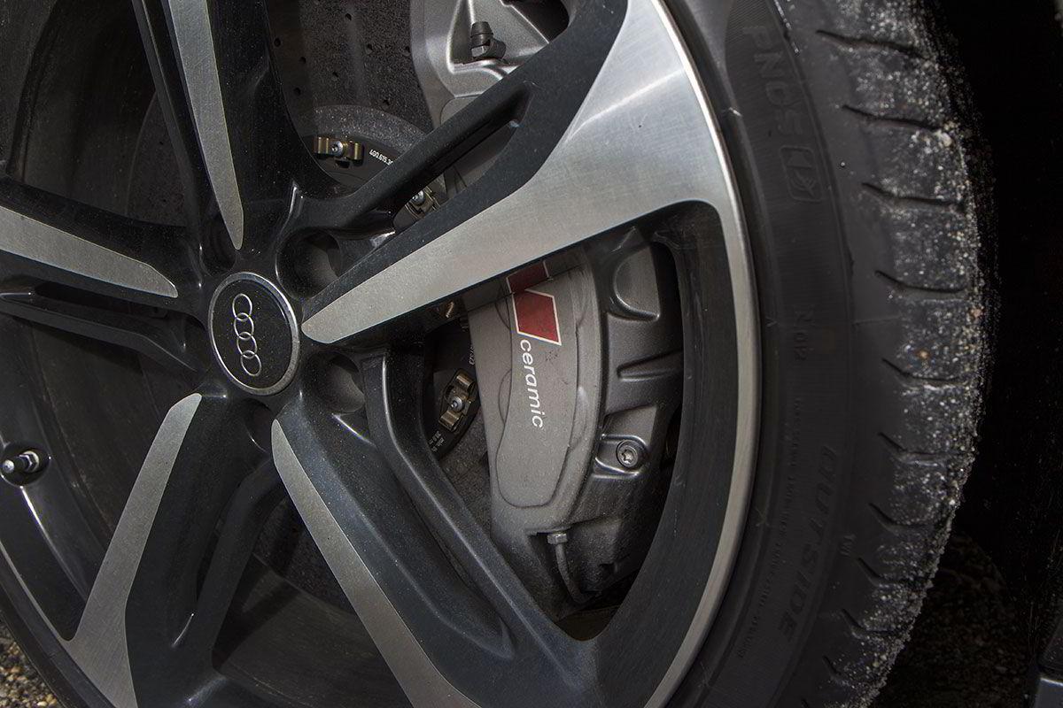 Keramiske bremseskiver på 420 millimeter bak 21 tommers felger.