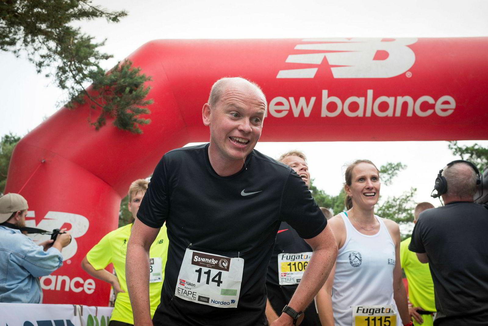 Håkon Kylland (42) fra Lier er endelig i mål etter å ha løpt i sanden i Dueodde. Det er forresten hans skyld eller fortjeneste at fem norske familier dro i lag for å løpe en maraton i løpet av fem dager i ferien.