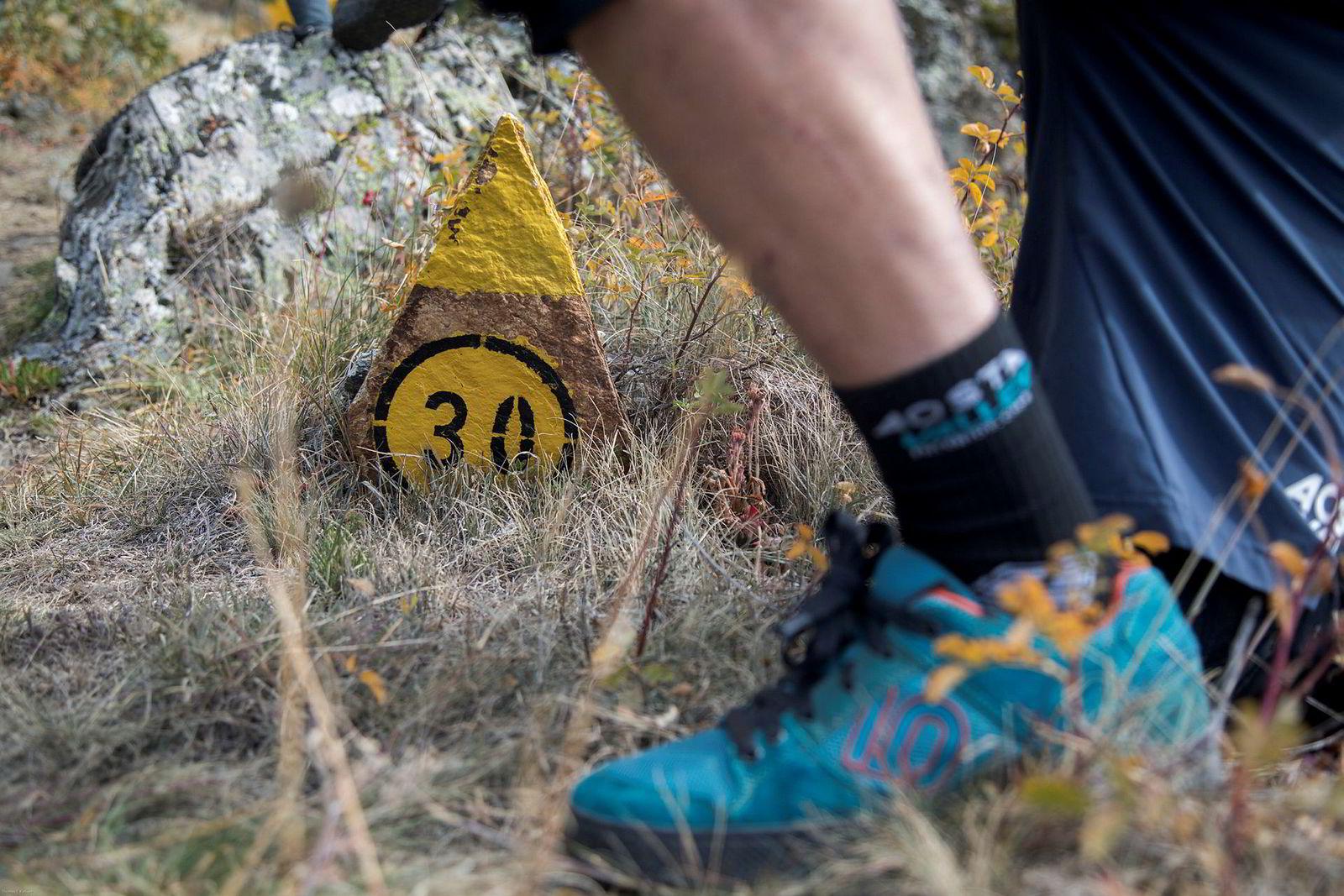 Malte steinskilt som dette viser veien på de ulike stiene i Aosta-dalen.