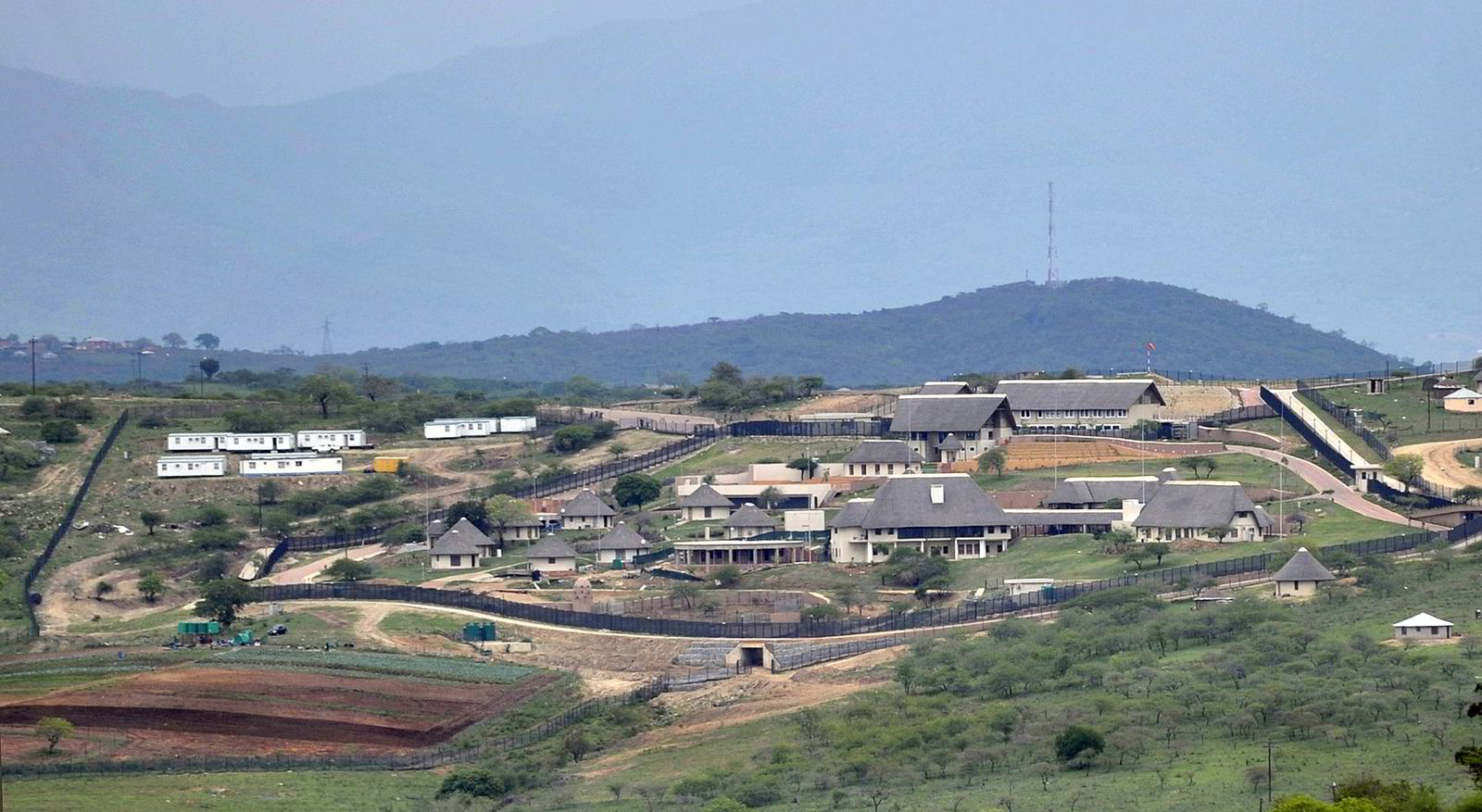 Det er denne boligen Zuma har brukt skattepenger tilsvarende flere hundre millioner kroner på å pusse opp. Presidenten har sagt seg villig til  betale tilbake deler av beløpet. Bilde fra 2012. Foto: AP Photo/NTB Scanpix