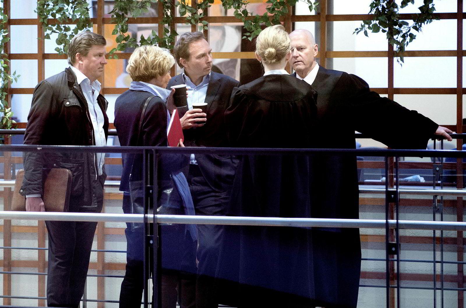 Aschehougs konsernsjef Mads Nygaard (i midten) konfererer med pr-rådgiver Morten Pettersen i Boldt (fra venstre) visekonsernsjef Kari-Anne Haugen, advokatfullmektig Kirsten Lange og advokat Anders Ryssdal fra Advokatfirmaet Glittertind før Nygaard skulle inn som vitne i Oslo tingrett.
