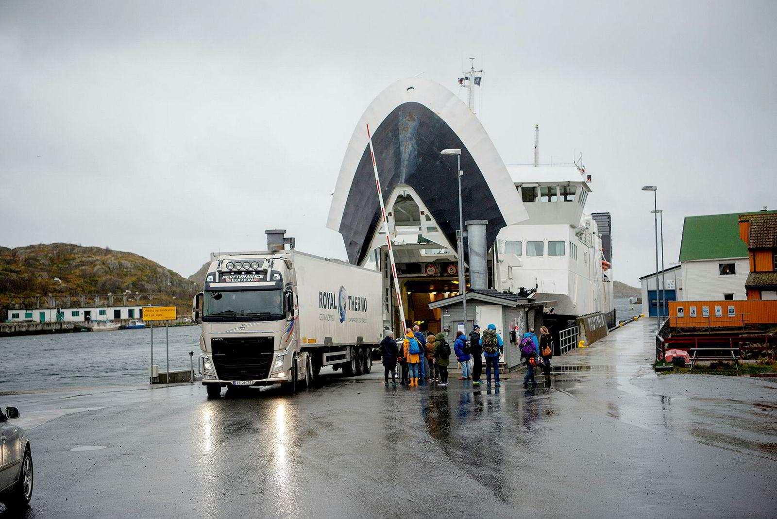 Lastebiler med laks kommer og går på fergen mellom Svolvær – Skrova.