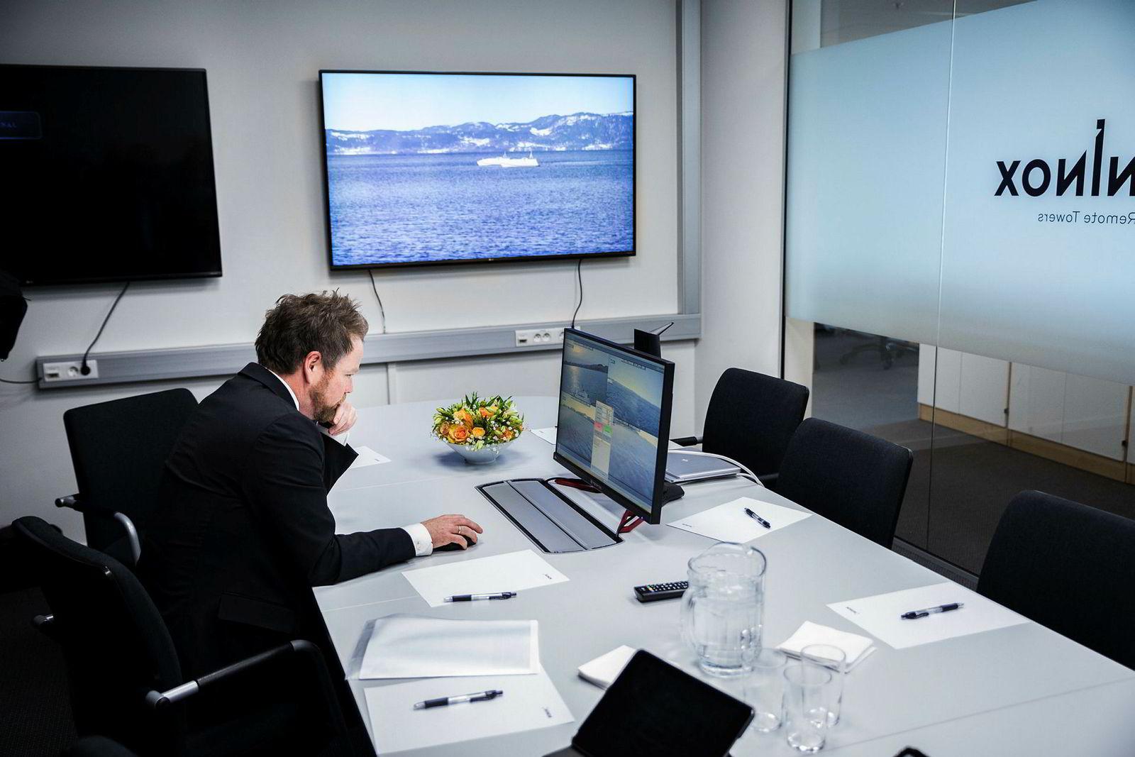 – Det ser ut som de krasjer, sa næringsminister Torbjørn Røe Isaksen da han tok styringen over en såkalt autonom båt i Trondheimsfjorden.