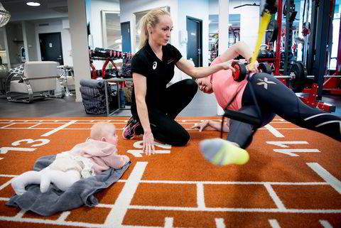 Stina Braathen (41) og datteren Jenny Karlsen (5 mnd) trener hos Hild-Elin Hjelmeland to dager i uken. Foto Mikaela Berg