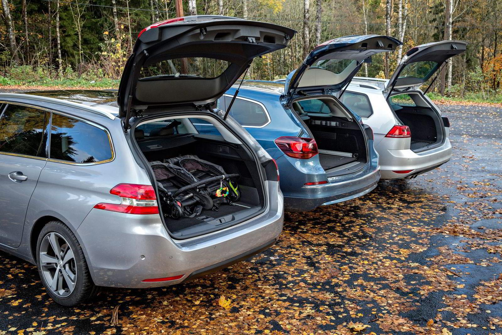 PLASS TIL TVILLINGVOGNEN. Bagasjerommet i Peugeot 308 er det største, men i praktisk lastevolum skiller det ikke mye mellom bilene.  Foto: Aleksander Nordahl