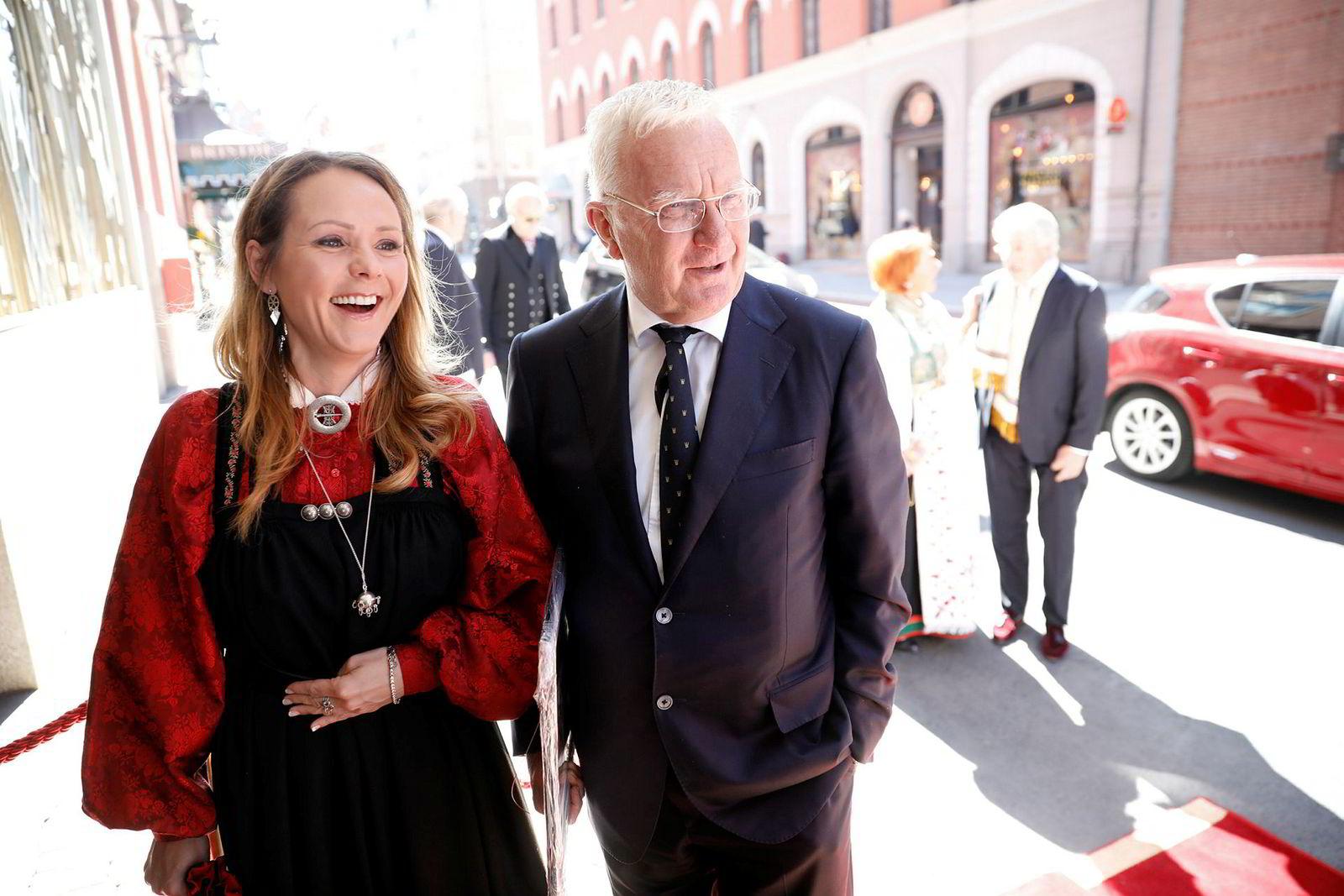 Linda Cathrine Helleland og Trygve Hegnar var blant gjestene da Sissel Berdal Haga og Olav Thon giftet seg på Hotel Bristol i Oslo fredag formiddag. Under armen holder Hegnar forsiden av Kapital som prydes av den 95 år gamle gifteklare Olav Thon