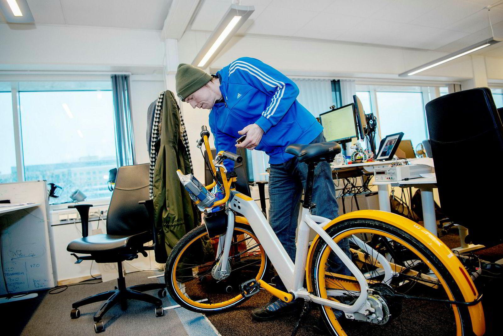 Paul Thornton i Urban Infrastructure Partner fikser på en prototyp til nye sykler med egen lås som styres av appen. Tidligere ble «intelligensen» bygget inn i stativene, nå overføres den til syklene.