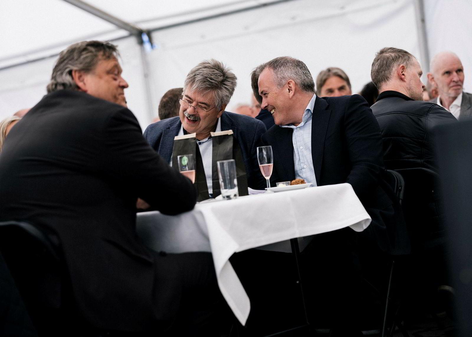 Anbjørn Øglend, til høyre og Jakob Hatteland i midten i god samtale med fiskeriminister Harald Tom Nesvik, til venstre.