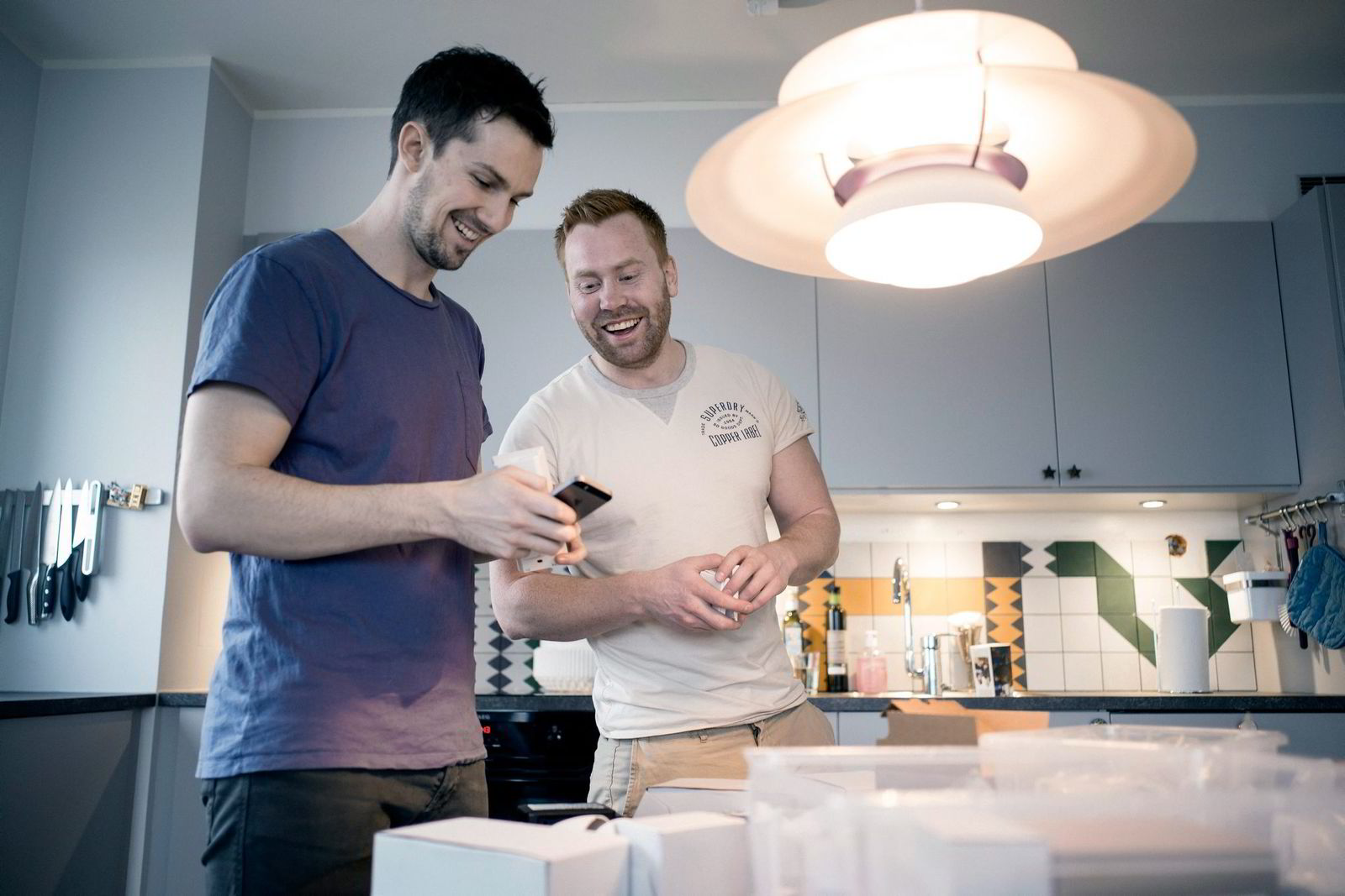 Gründer i Future Home, Erik Stokkeland (til høyre) er hjemme hos Tor Erik Skårdal i Sandnes og monterer utstyr til smarthus-løsning.