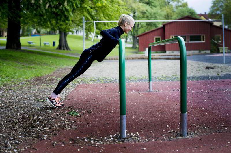 ARMHEVING: PT Hedvig Bang viser enkel variant av push up.