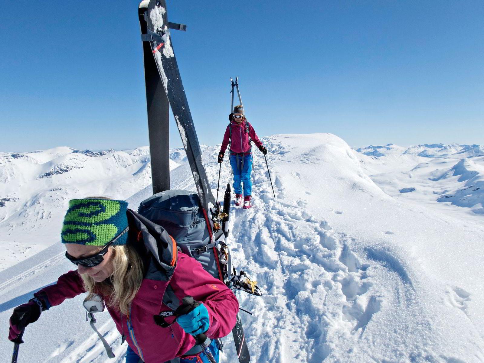 Heidi Borgen Niss (foran) og Ane Fosseng på toppen av Storebjørn i hjertet av Jotunheimen. Foto: Nils Christian Mangelrød