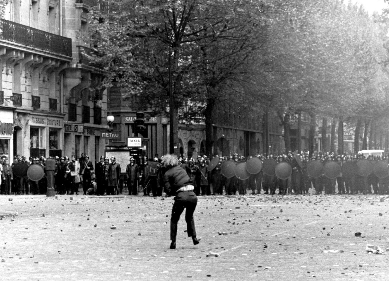En student kaster sten mot politiet i det som er regnet som det største opprøret i Frankrike etter den annen verdenskrig.