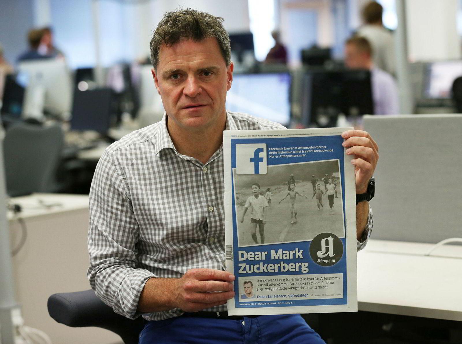 Aftenpostens sjefredaktør Espen Egil Hansen med forsiden der han henvendte seg direkte til Mark Zuckerberg.