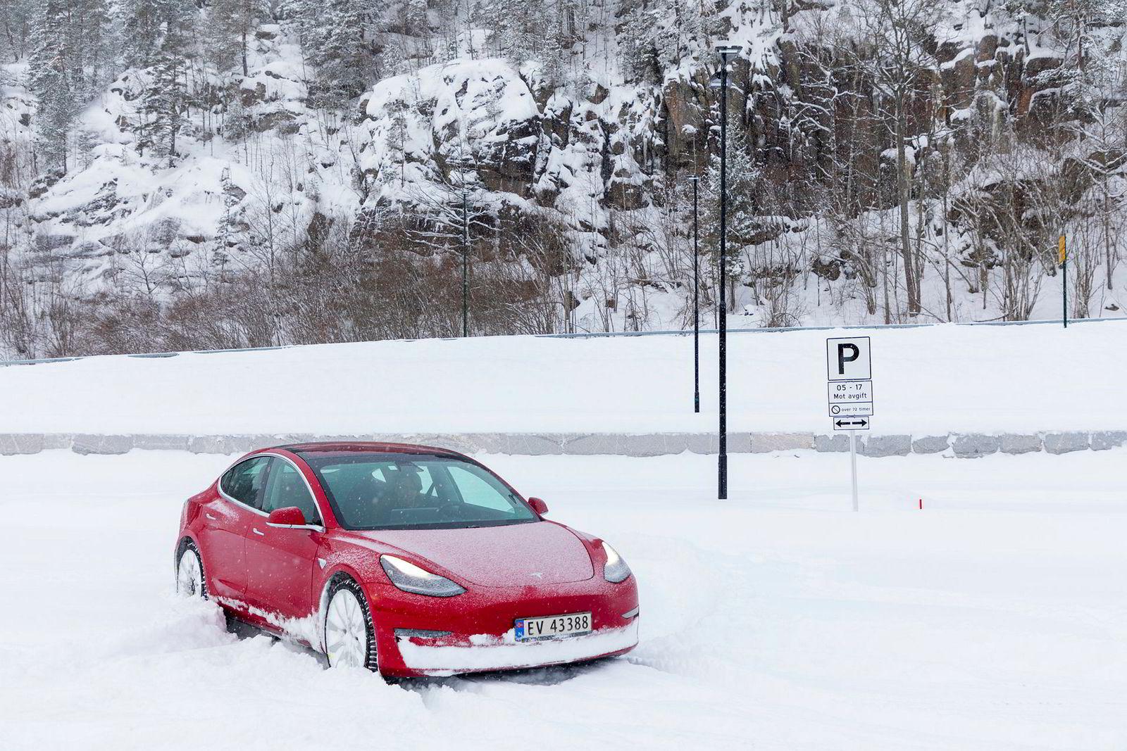 Tesla Model 3 takler norske snøfall overraskende godt. Performancemodellen er ganske lav, men tar seg frem selv der brøytebilen ikke har vært.