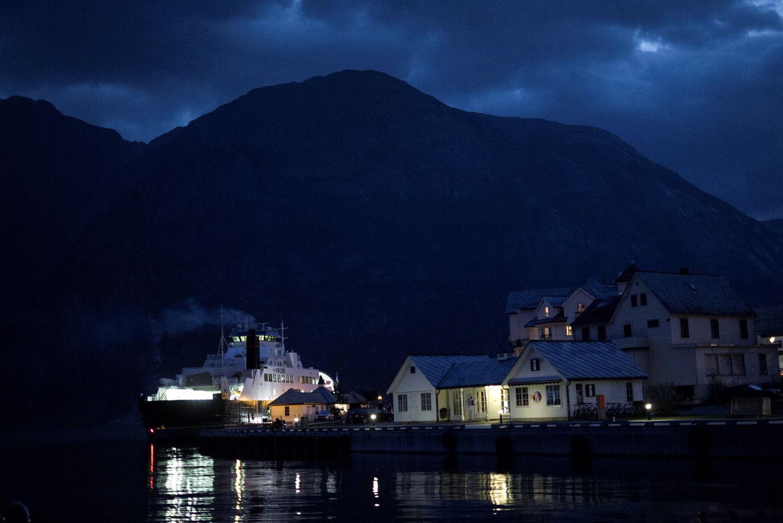 Klokken 0400 på cruisekaia i Eidfjord går triatletene ombord i den ventende fergen som skal ta dem 3,8 kilometer ut i Hardangerfjorden.