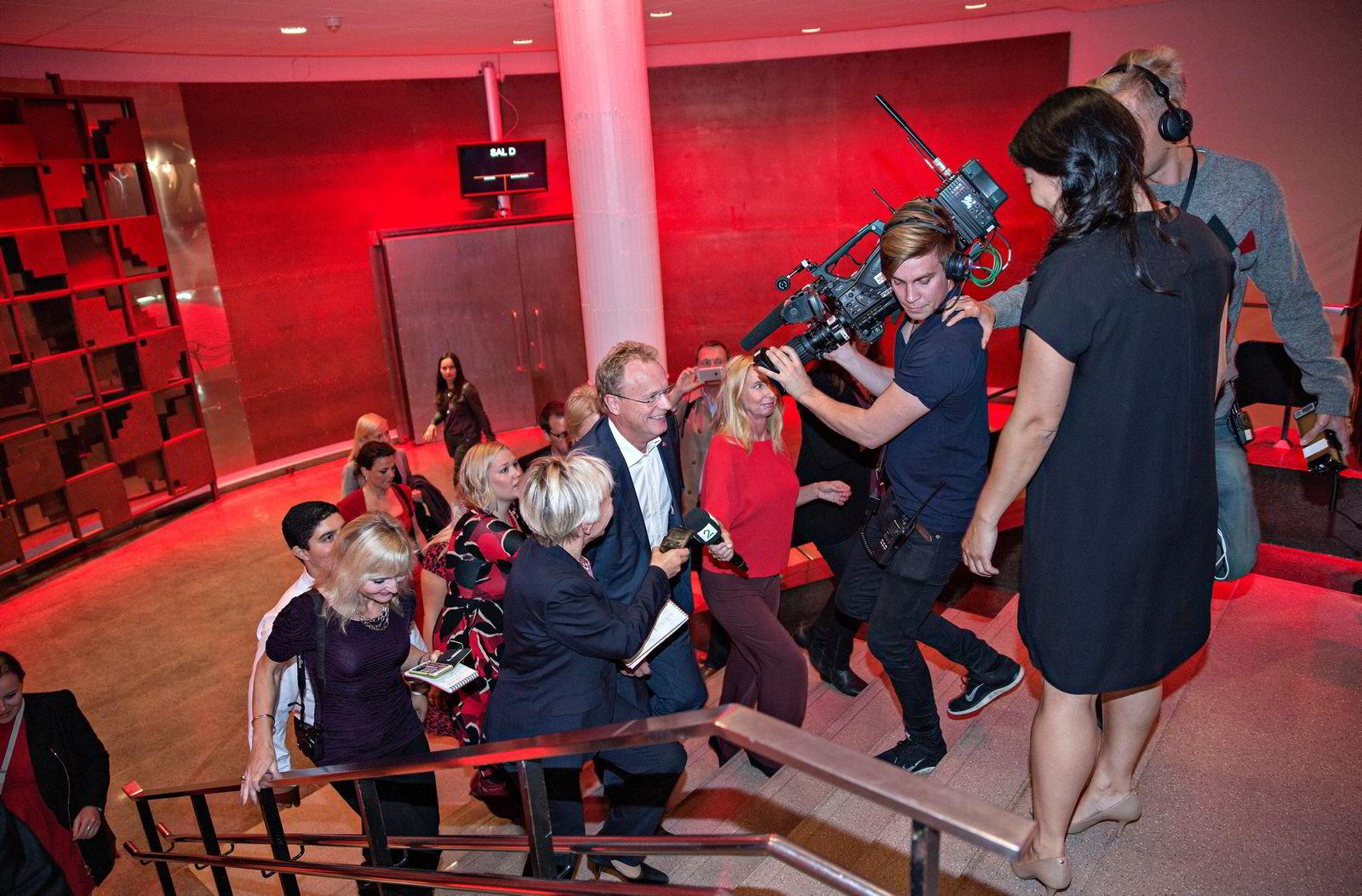 Raymond Johansen ankommer Arbeiderpartiets valgvake.