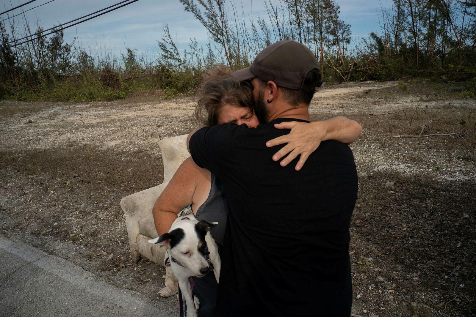 Sissel Mosvold på Bahamas klemmer en frivillig som hjalp til med å evakuere moren hennes fra hennes flomrammede hjem i utkanten av byen Freeport på Grand Bahamas.