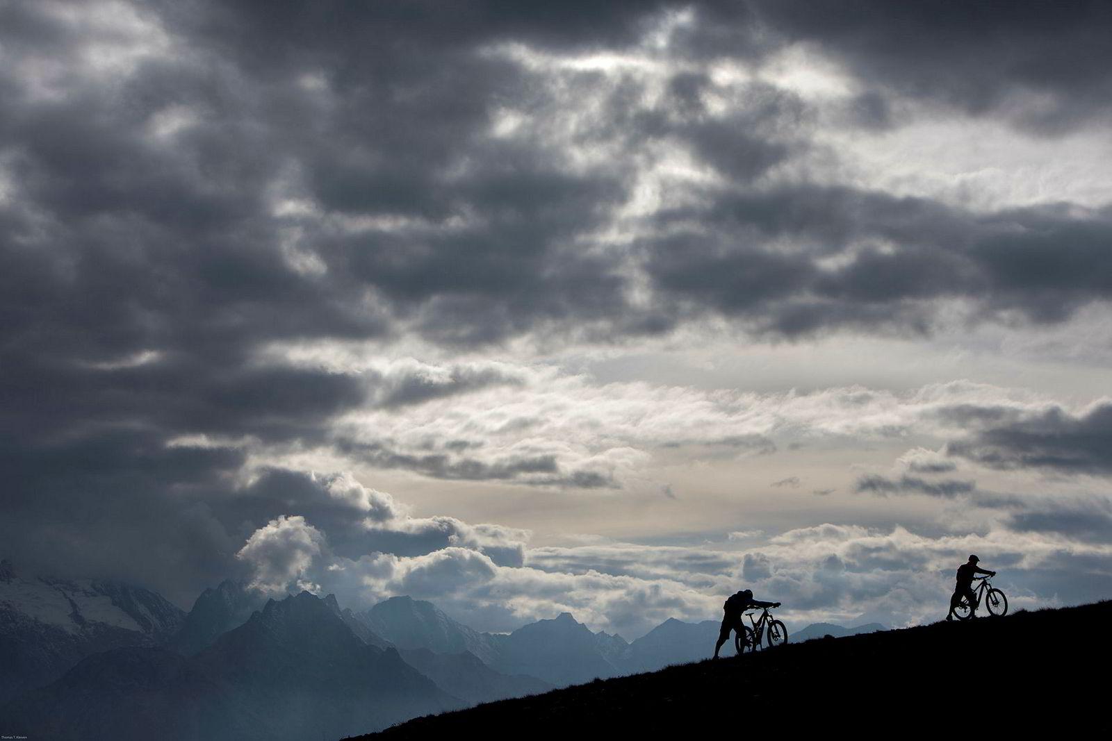 Sykkelguide Fabrizio Charruaz liker at kundene ikke bare kjører heis eller bil opp til starten av stiene. Han liker at de også går for egen maskin. Sammen med Trailguide-grunder Bjørn Jarle Kvande dytter han syklene lenger opp før de setter utfor stiene i Aosta-dalen.